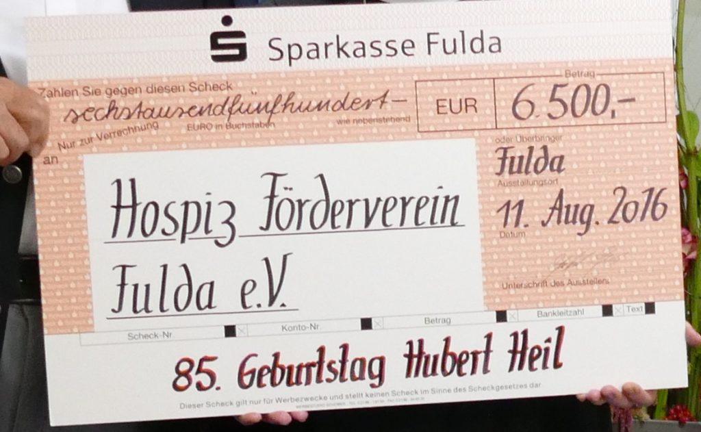 hospiz_schwarzer-hubert-spendet-ueber-6-500-euro-fuer-hospizfoerderverein_scheck