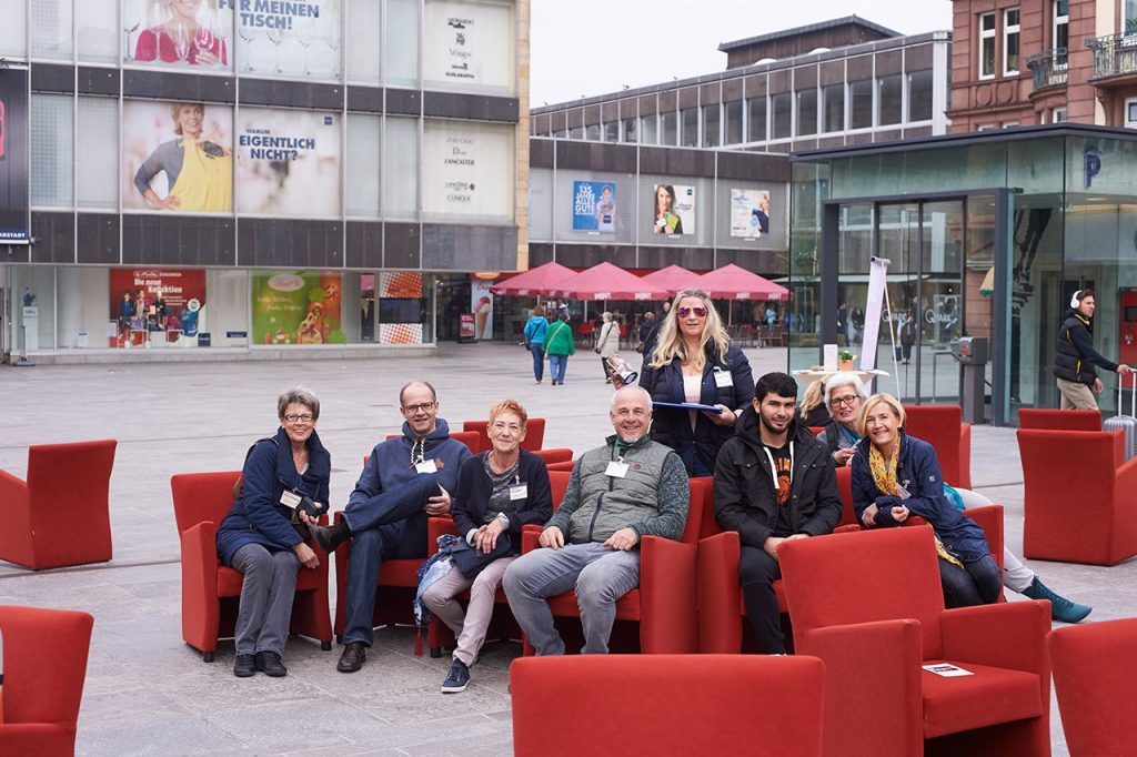 HOSPIZ-LebensWert_Aktion ROTE SESSEL_Uni-Platz